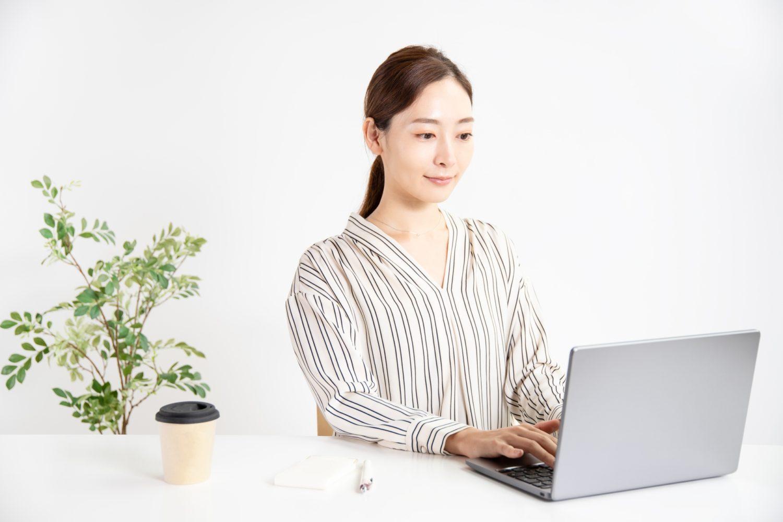エステ・ネイル商材をネットで選ぶ女性