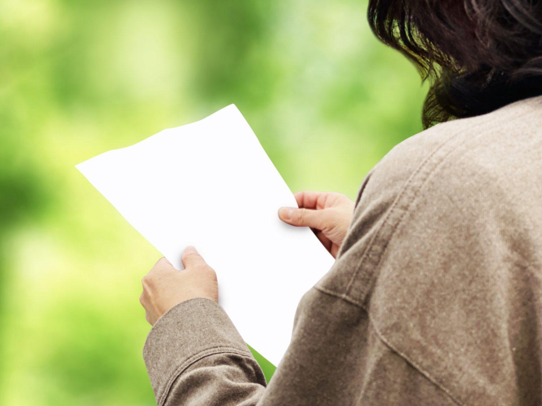 チラシを読む女性
