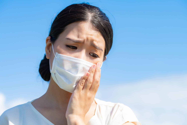 マスクによる肌荒れに悩む女性